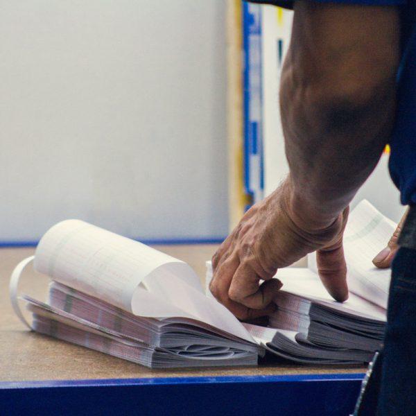 mano-proceso-papel-medico-mano-calidad-maquinas-fabricacion-color-impresion-painmed-colombia-bogota-galeria