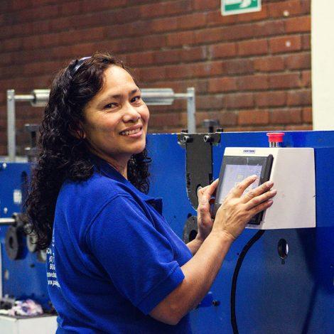 oficina-painmed-52-papeles-industriales-medicos-papel-termico-uso-medico-rollo-punto-fabrica-bogota-colombia-industria-fabricacion-worker